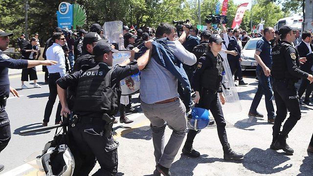 מפגינים מול מעונו של שגריר ישראל אנקרה טורקיה (צילום: AFP)