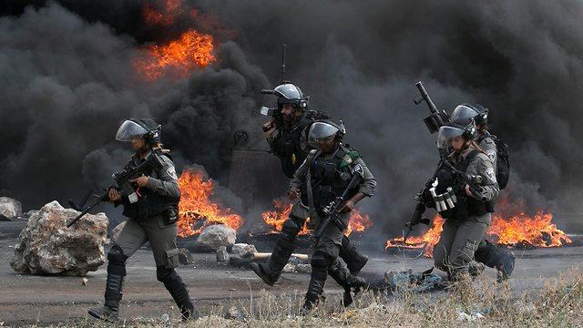 Горящие покрышки у КПП Хавара в Самарии. Фото: AFP