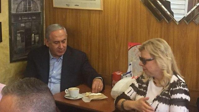 בנימין נתניהו שרה נתניהו מבקרים את אבנר נתניהו ב בית קפה דובנית בו הוא עובד ב ירושלים ()