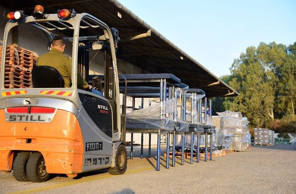 העברת חבילות סיוע הומניטארי לרצועת עזה דרך מעבר כרם שלום (צילום: דובר צה