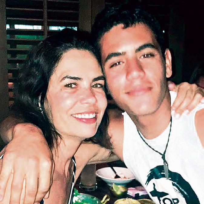 """עם הבן הבכור, טום בן ה־ 18. """"הוא שמח שנולדה לו אחות"""""""