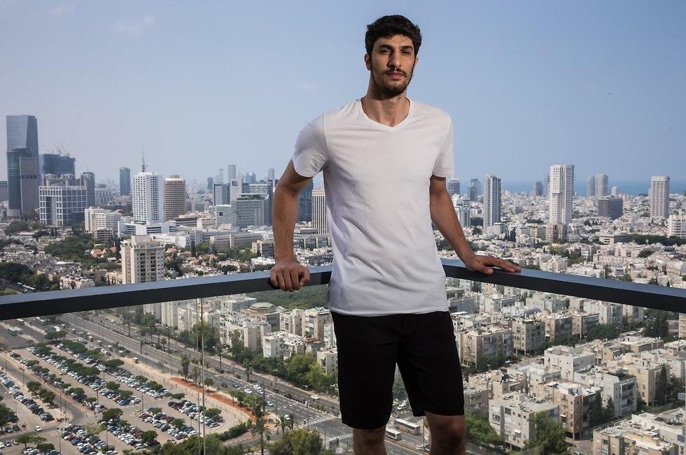 ליאור אליהו בביתו בתל אביב (צילום: עוז מועלם)