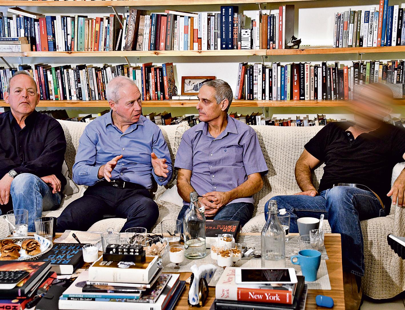 """מימין לשמאל: ח', מושינסקי, גלנט ורוזמרין. רוזמרין: """"ואז אני צועק, 'לא לירות!' וככה שייקה ברוש (לימים מפקד השייטת) חי היום"""""""