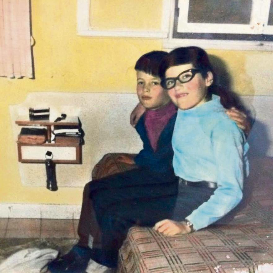 """אדם (משמאל), אז חיים כהן, ואחותו אילנה ז""""ל בילדותם"""