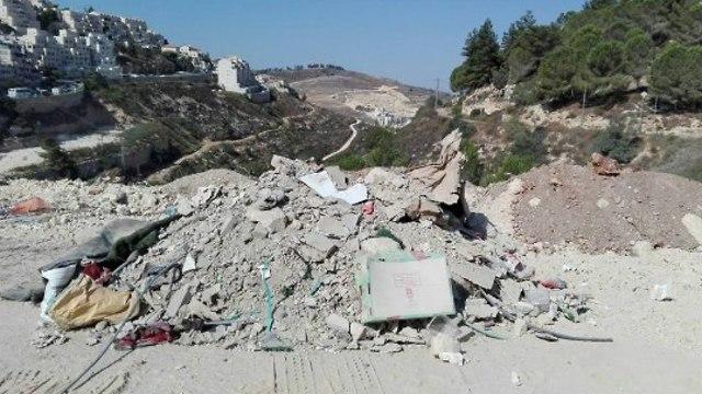 ערימת פסולת באזור גבעת זאב ()