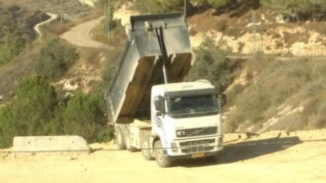 משאית שופכת פסולת באזור גבעת זאב ()