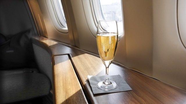 משקה במחלקה ראשונה במטוס (צילום: שאטרסטוק)