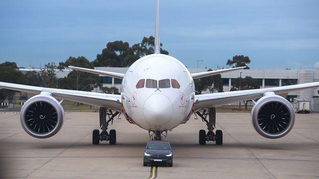 טסלה מודל X גורר בואינג 787 דרימליינר ()