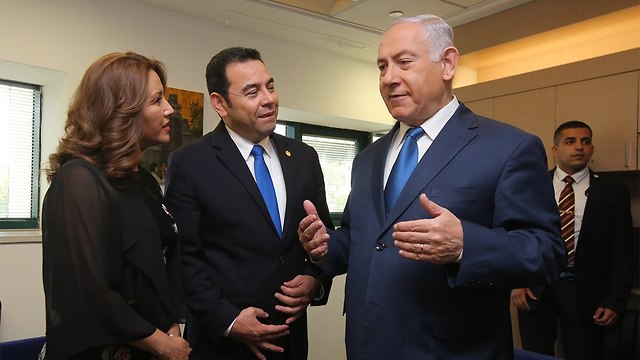 Prime Minister Netanyahu, right, speaking to Guatemala's President Jimmy Morales and his wife (Photo: Marc Israel Sellem)
