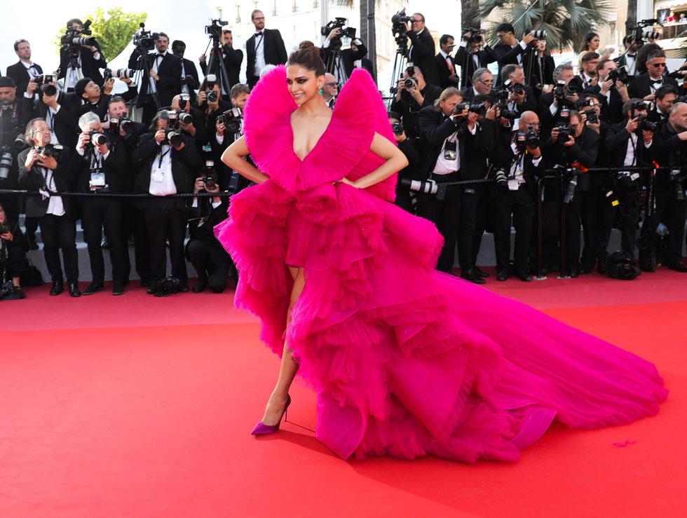 השחקנית ההודית דיפיקה פדוקון רשמה השנה כמה הופעות מוגזמות במיוחד על השטיח האדום, שהגיעו לשיאן בשמלת הפוקסיה מטול של המעצב אשיש, שלמרות הצבע הדרמטי נראתה כמו חיקוי חיוור לשמלות הטול האקסטרווגנטיות של ג'יאמבטיסטה ואלי (צילום: Vittorio Zunino Celotto/GettyimagesIL)
