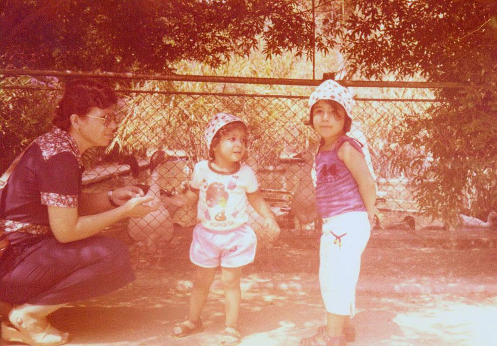 """תמונת ילדות: תהילה בר יהודה (מימין) עם אמה ואחת מאחיותיה. """"גדלתי בבית שבו יושר ושמירה על החוק היו ערך עליון""""  (צילום: אלבום פרטי)"""