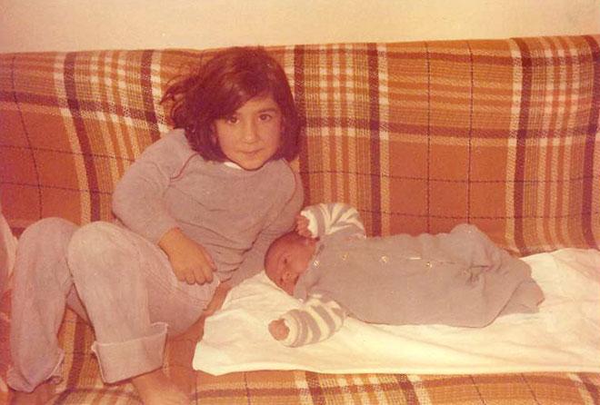 """בגיל חמש, עם אחיה התינוק. """"גרנו שמונה נפשות בדירה צנועה"""" (צילום: אלבום פרטי)"""