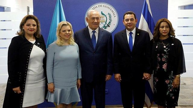 בנימין נתניהו שרה נתניהו עם נשיא גואטמלה ג'ימי מוראלס ואשתו טקס פתיחת שגרירות ב ירושלים (צילום: רויטרס)