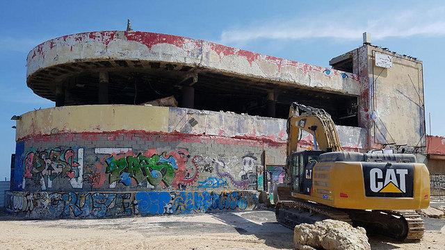 הריסת ה דולפינריום ב תל אביב  (צילום: עידו ארז)