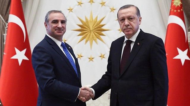ארכיון 2016 שגריר ישראל טורקיה איתן נאה עם נשיא טורקיה רג'פ טאיפ ארודואן (צילום: AP)