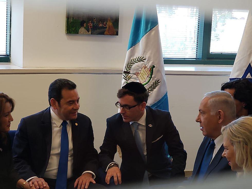 הרב גרמון עם נתניהו ומוראלס אחרי חנוכת השגרירות ()