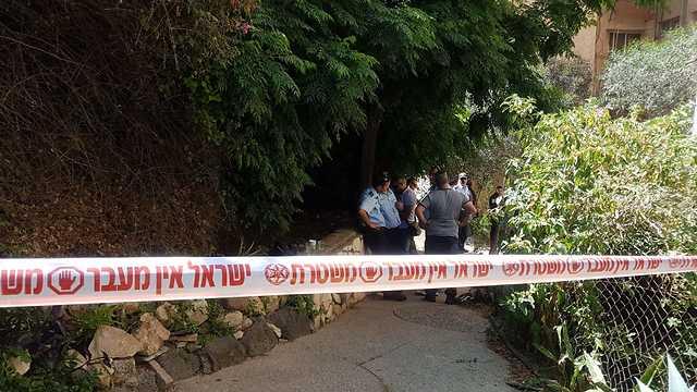 זירת רצח התאבדות דקירה טבריה (צילום: דוברות המשטרה)