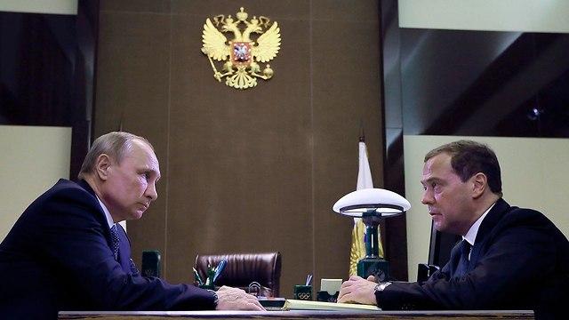 דמיטרי מדבדב עם ולדימיר פוטין פגישה עם מפקדי צבא סוצ'י רוסיה (צילום: AP)