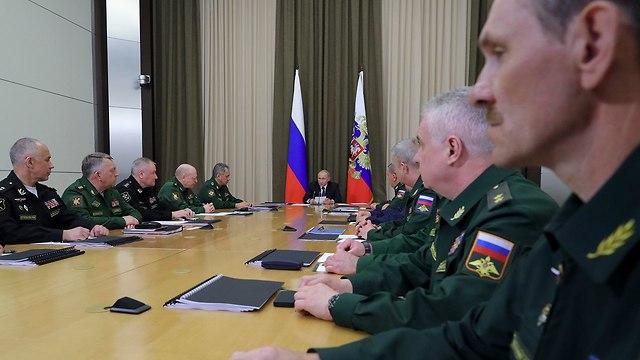 ולדימיר פוטין פגישה עם מפקדי צבא סוצ'י רוסיה (צילום: AP)