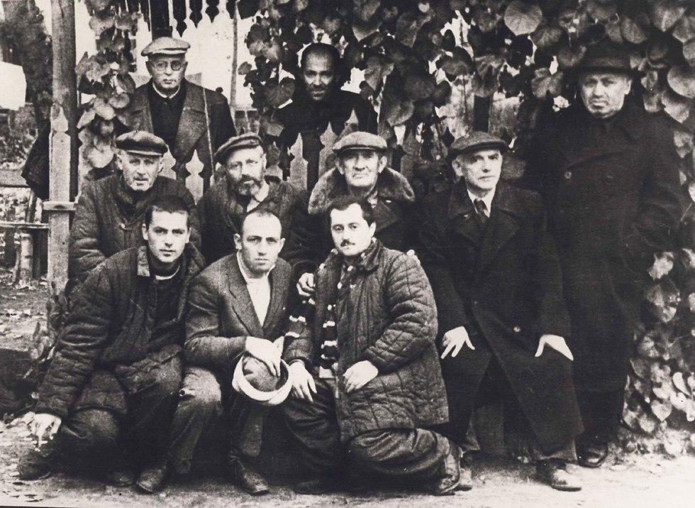 יוסף שניידר וקבוצת אסירים (צילום: יוסף שניידר, באדיבות ארכיון הספריה הלאומית)