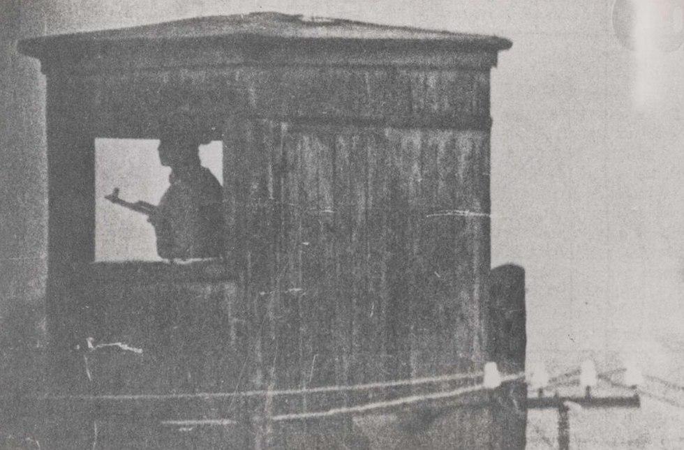 זקיף במחנה 7 במורדוביה (צילום: יוסף שניידר, באדיבות ארכיון הספריה הלאומית)