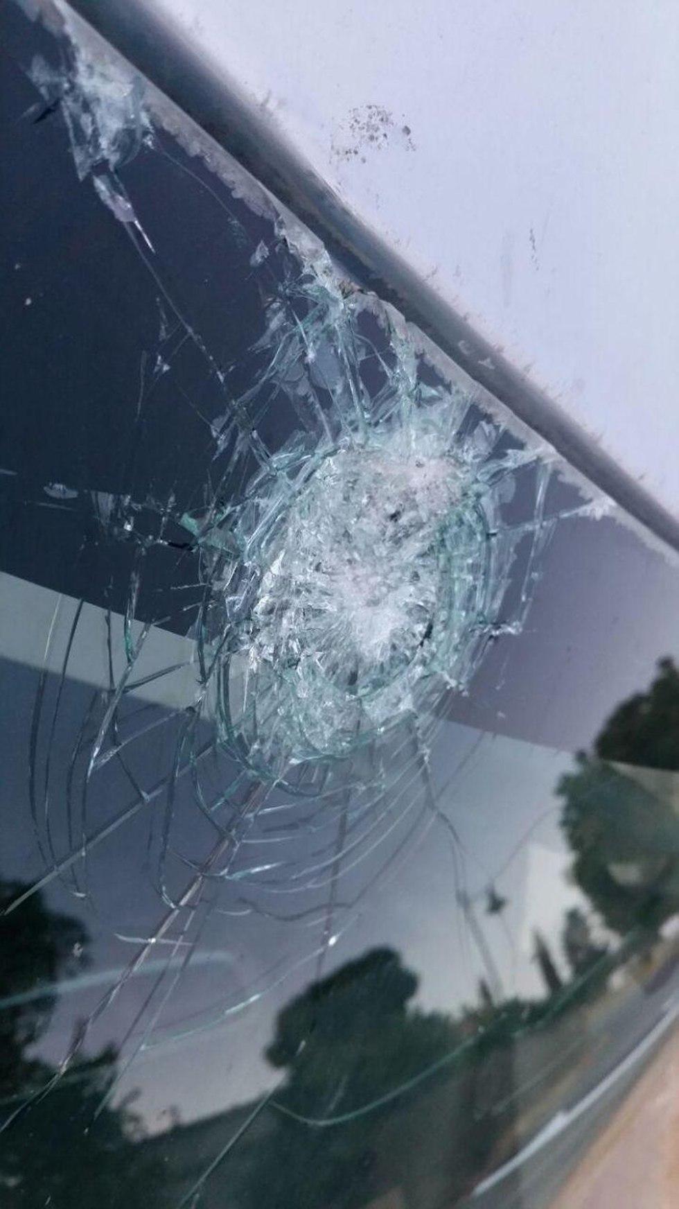 ירי מקלעים על רכב בקיבוץ מפלסים ()