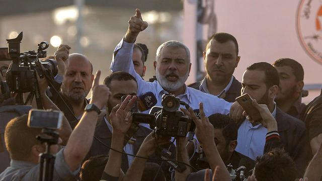 Haniyeh visiting the protests (Photo: EPA)