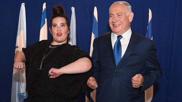Prime Minister Benjamin Netanyahu and Netta Barzilai (Photo: Haim Zach/GPO)