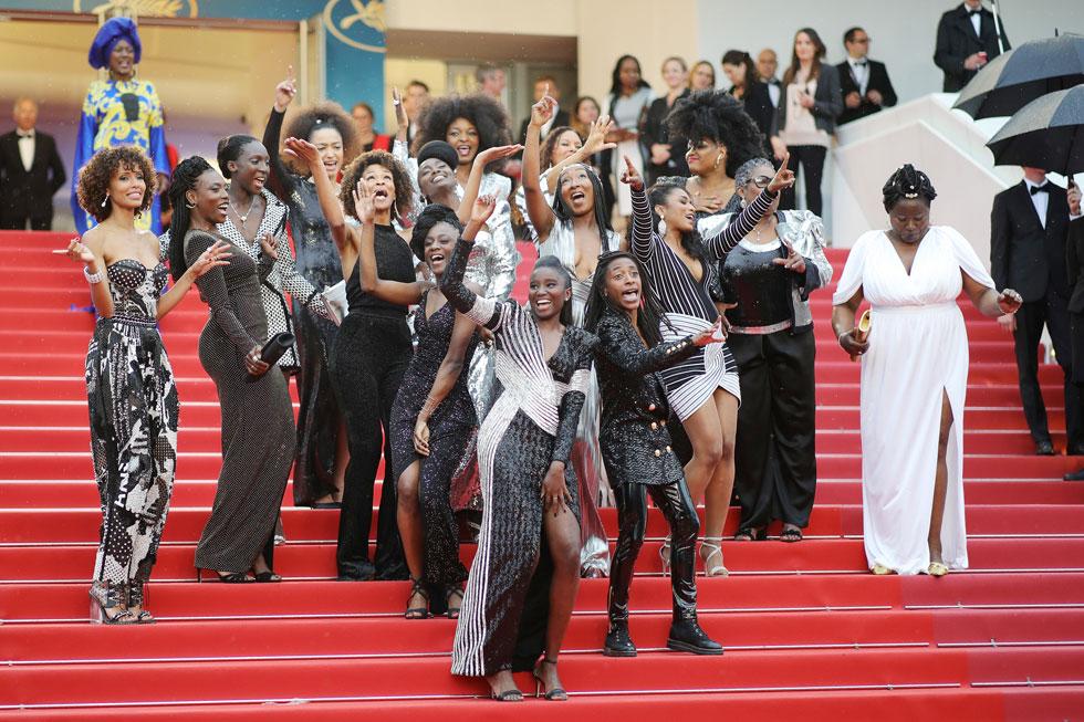 """המעצב הצרפתי אוליבייה רוסטאן יצר מפגן כוח ויזואלי, כשנבחר להלביש את 16 השחקניות השחורות המשתתפות בפרויקט התיעודי Black Is Not My Profession אשר נועד לקידום רבגוניות בתעשיית הקולנוע הצרפתית. """"זה הרגיש כמו פרויקט שנכון עבורי עכשיו"""", אמר המעצב (צילום: Andreas Rentz/GettyimagesIL)"""