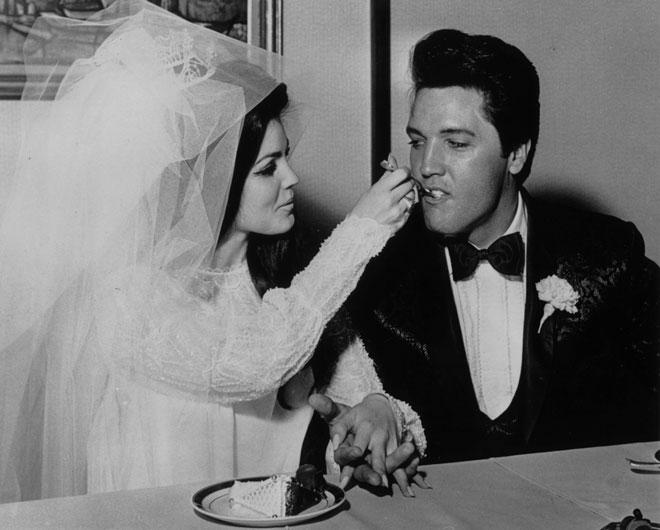 אלביס ופריסילה פרסלי בחתונתם, 1967. היחסים התחממו למורת רוחם של הורי הכלה (צילום: GettyimagesIL)