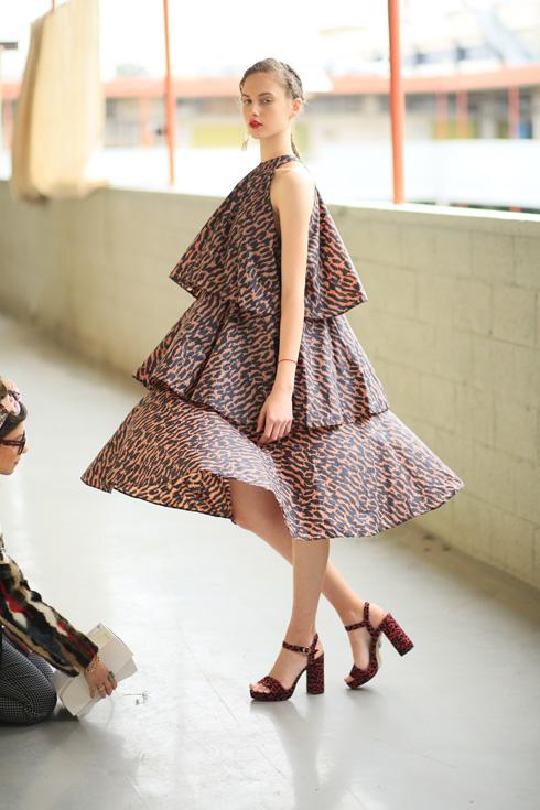 """""""אנחנו לא מתחברות לתואר מעצב אופנה. לא כי זה משהו שלילי, פשוט מבחינתי הבגד יכול להיות רהיט. במקרה לובשים אותו על הגוף"""" (צילום: אסף ליברפרוינד)"""