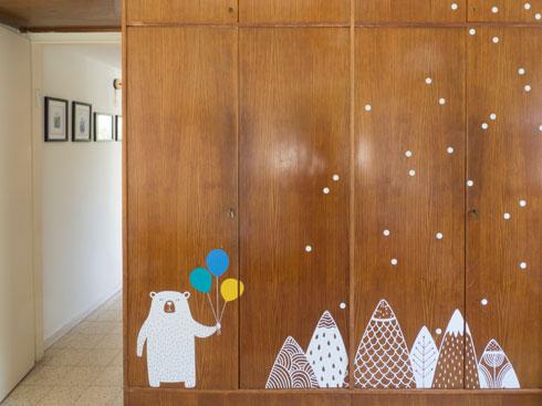 מדבקות שניתנות לקילוף מקלילות את הארון בחדר הילדים (צילום: נגה שחם פורת)