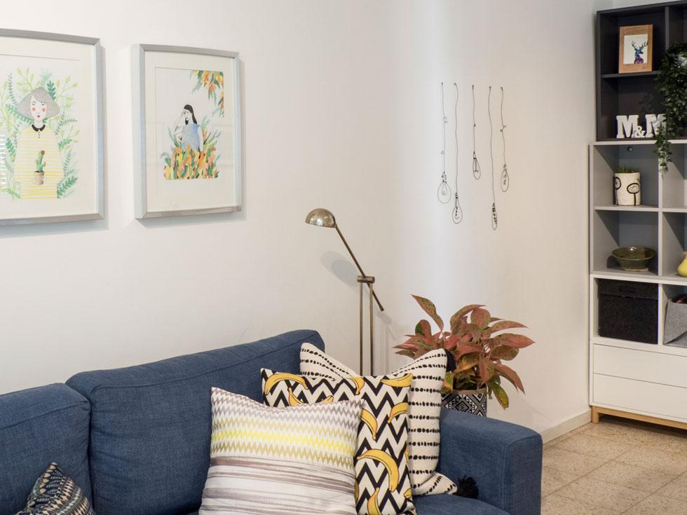 את התמונות על הקיר בסלון ציירה פיינשטיין בעצמה לפי דוגמאות שמצאה באינטרנט. תמונות אחרות שבחרה הדפיסה במדפסת ביתית ומסגרה במסגרות איקאה זולות (צילום: נגה שחם פורת)
