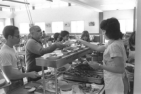 """""""לא היה אוכל בשום מקום אחר"""", ארוחת ליל הסדר בקיבוץ נירים, 1976 (צילום: יעקב סער, לשכת העיתונות הממשלתית)"""