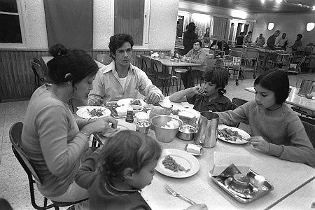 מנות לפי מספר הסועדים. בני משפחה סועדים ארוחת ערב בחדר האוכל של קיבוץ איילת השחר, 1975 (צילום: יעקב סער, לשכת העיתונות הממשלתית)