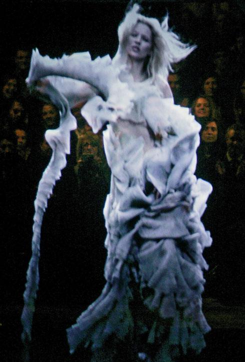ההולוגרמה בדמותה של קייט מוס בתצוגת סתיו-חורף 2006-7 (צילום: AP)