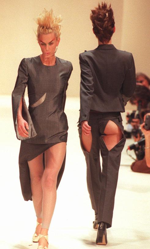 """תצוגת האופנה של קולקציית """"ציפורים"""" לאביב-קיץ 1996 (צילום: AP)"""