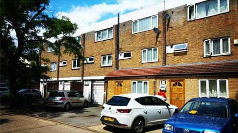 הבית שבו גדל מקווין במזרח לונדון (צילום: איתי יעקב)