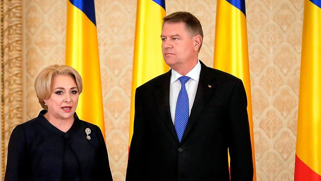 Romanian President Iohannis (R), Dăncilă's bitter political rival, will decide whether to dismiss her if an investigation is opened (Photo: AP)