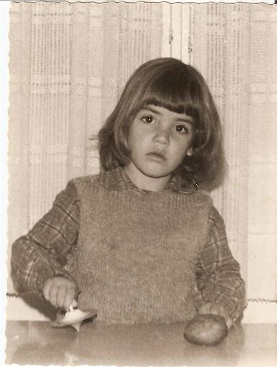 הילה אלפרט בילדותה (צילום: מתוך אוסף פרטי)