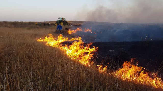 Field on fire from incendiary kite near Be'eri Forest
