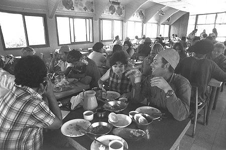 ארוחת צהריים בחדר האוכל של קיבוץ גבולות, 1973 (צילום: משה מילנר, לשכת העיתונות הממשלתית)