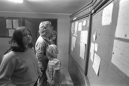 מי נולד ומי מת. לוח המודעות בחדר האוכל של קיבוץ איילת השחר, 1975 (צילום: יעקב סער, לשכת העיתונות הממשלתית)