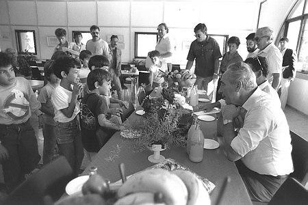 שמעון פרס בביקור בחדר האוכל של קיבוץ עין גדי, 1985 (צילום: נתי הרניק, לשכת העיתונות הממשלתית)