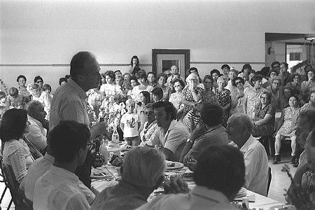 יצחק רבין משוחח עם חברי קיבוץ כפר גלעדי בחדר האוכל הקיבוצי, 1970 (צילום: משה מילנר, לשכת העיתונות הממשלתית)