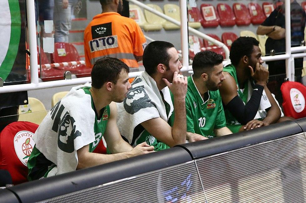 האכזבה בספסל מכבי חיפה בכדורסל (צילום: מינהלת הליגה)