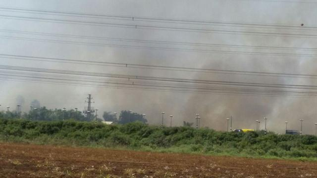שריפה ב אזור ירקון צומת ירקון (צילום: יוסי דמארי)