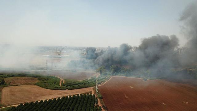 שריפה ב מחלף ירקונים ירקון ליד פתח תקווה אש להבות עשן (צילום: יאיר שגיא)