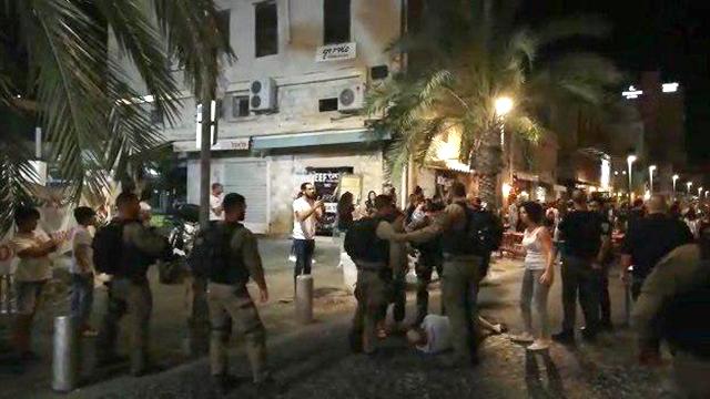 מפגינים מתעמתים עם שוטרים בחיפה ()