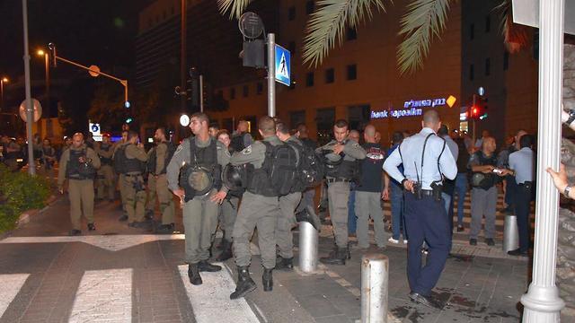 שוטרים בהפגנה בחיפה (צילום: דוברות המשטרה)